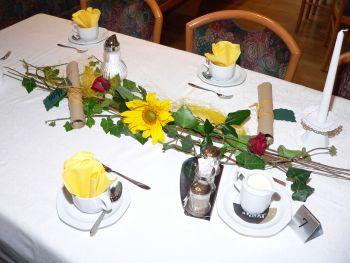Hochzeitsservietten falten Tischdeko Beispiel